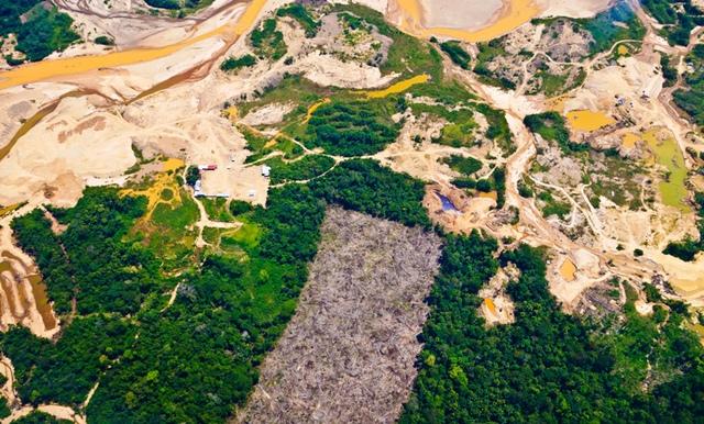 Một bức ảnh chụp trên cao cho thấy sự tàn phá môi trường trong bối cảnh khai thác vàng trái phép ở khu vực Amazon của Peru. (Ảnh: Greg Asner, Viện Khoa học Carnegie)