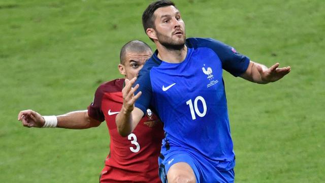 Dấu ấn lớn nhất của ĐT Pháp trong 2 hiệp chính đến từ cầu thủ dự bị Gignac nhưng anh lại dứt điểm trúng cột dọc vào phút bù giờ hiệp 2