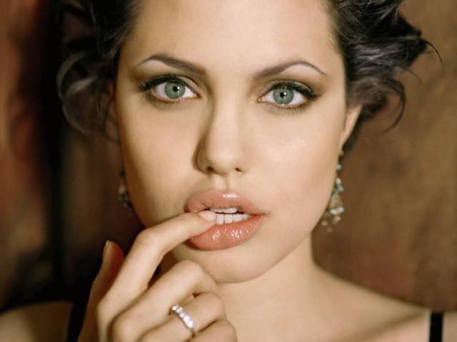 Nhắc tới những sao nữ Hollywood có bờ môi gợi cảm, bạn không thể không nhắc tới Angelina Jolie. Đây cũng là một trong những điểm đặc trưng tạo nên sức hút cho người đẹp này.