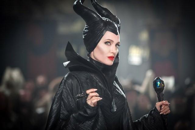 Tiên hắc ám là một trong những vai phản diện hiếm hoi của Angelina Jolie. Dù phải tạo hình nhân vật với gò má xương xẩu cùng cặp sừng trên đầu, nhưng có lẽ đây là bà tiên hắc ám quyến rũ nhất trên màn ảnh rộng