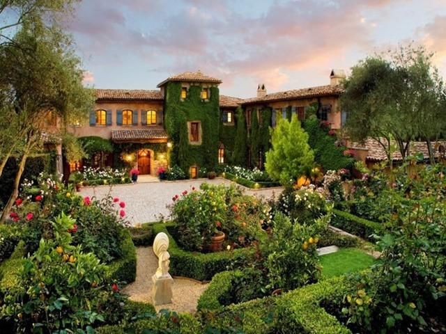 Montecio, California: Ngôi nhà hấp dẫn ở California chào đón du khách ghé thăm với cánh cổng kiểu vòm cây dẫn tới ngôi nhà chính sang trọng, một phòng trà kiểu Nhật, một ao nhỏ thả cá koi, những cây bách và cây ô liu Italy cùng với những khoảng vườn với hoa hồng và những đóa oải hương nở rộ.