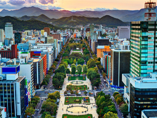 Sapporo là thủ phủ của Hokkaido và cũng là thành phố lớn nhất nơi đây. Công viên Odori nằm giữa thành phố, chia Sapporo thành 2 phía Bắc, Nam.