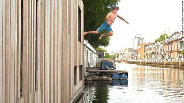 Muntboot Utrecht, Utrecht: Muntboot nằm trên một con kênh yên bình của Utrecht, một thành phố của Hà Lan. Ngôi nhà lệch tầng (split – level) này còn có thể biến thành một tác phẩm nghệ thuật nhờ những thanh gỗ nghiêng với chiều rộng khác nhau tạo nên kiến trúc mặt tiền và độ sâu cho ngôi nhà.