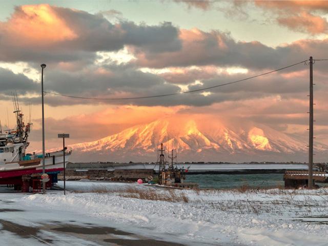 Những ngọn núi lửa rất phổ biến ở Hokkaido. Đây là ngọn Rishiri nằm trên biển Nhật Bản và hình thành nên đảo Rishiri.