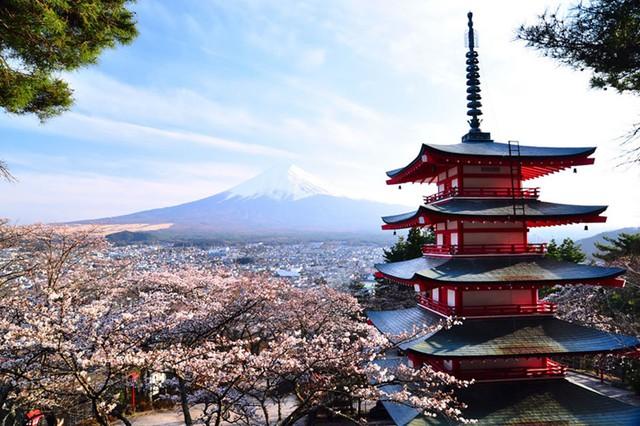 Nếu bạn có kế hoạch ghé thăm Nhật Bản, sẽ thật thiếu sót nếu bạn không tới một trong nhưng kì quan thiên nhiên nổi tiếng nhất của quốc gia này. Đó là chùa Chureito và núi Phú Sĩ. Từ chùa Chureito, du khách có thể chiêm ngưỡng khung cảnh vô cùng ngoạn mục của núi Phú Sĩ. Đây là ngôi chùa được xây dựng vào năm 1963 như một biểu tượng cho hòa bình.