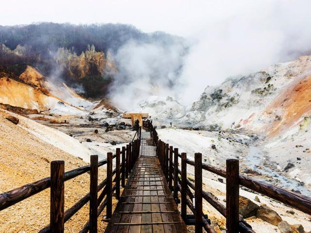 Jigokudani ở Noboribetsu còn được gọi với cái tên Hell Valley. Một cây cầu đi bộ bằng gỗ đã được xây dựng để đi qua các suối nước nóng.