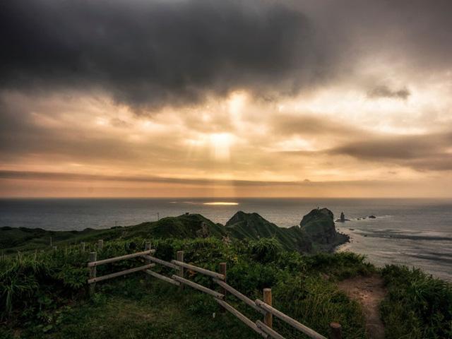 Nếu bạn hứng thú với những đường bờ biển gồ ghề đá, hãy ghé thăm Shakotan Peninsula Cape, mũi đất chạy dọc biển Nhật Bản đặc biệt là khung cảnh đẹp như tranh của mũi Kamui.