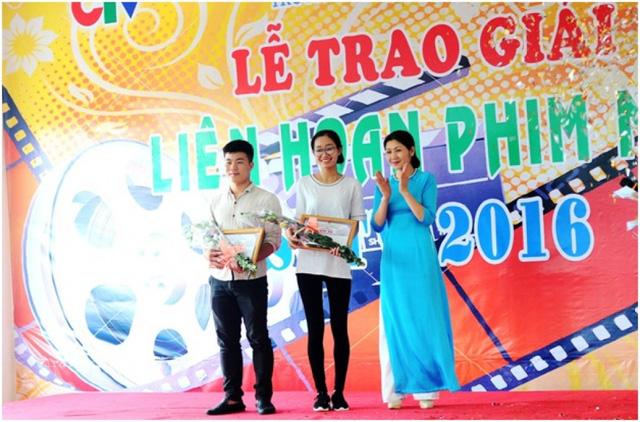 Bà Nguyễn Minh Hải, Phó Hiệu trưởng nhà trường trao giải Bạc, giải Đồng