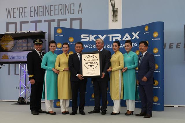 TGĐ Vietnam Airlines Dương Trí Thành và tổ bay nhận chứng chỉ hãng hàng không 4 sao của SkyTrax