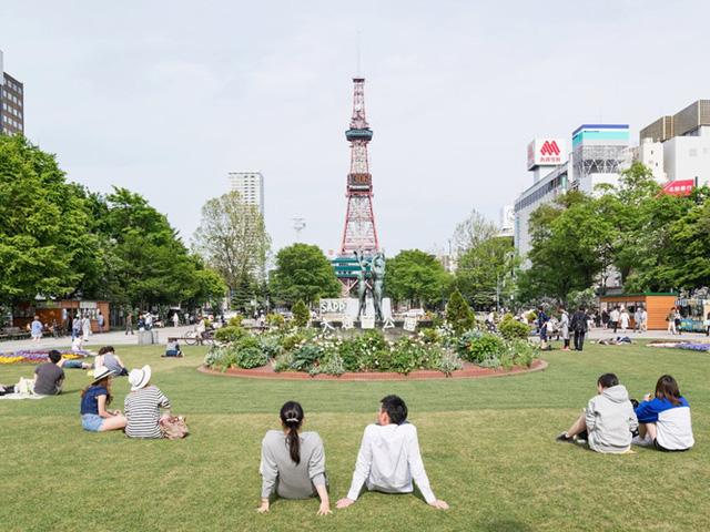 Trong tiếng Nhật, odori nghĩa là con đường lớn. Công viên này là một trong những địa điểm nổi tiếng bởi tầm nhìn đẹp tới tháp truyền hình của thành phố.