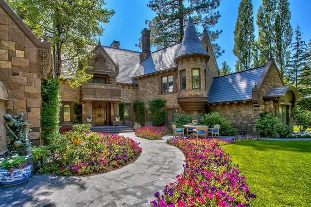 """Incline Village, Nevada: Được gọi với cái tên """"lâu đài Lake Tahoe"""", lối vào lâu đài là giấc mơ của những người yêu không gian ngoài trời với những con đường, những ao nước nhỏ."""