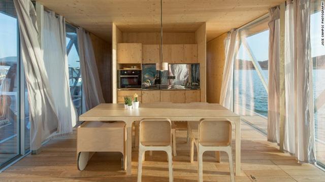 Floatwing còn có cả hầm chứa rượu, khu vực tổ chức tiệc BBQ và sân thượng trên mái nhà. Nói về độ vững chắc của ngôi nhà, các kiến trúc sư đã sử dụng những loại nguyên vật liệu thân thiện với môi trường như gỗ, nhựa cork. Ngoài ra, điện năng tiêu thụ cũng được tận dụng từ năng lượng mặt trời.