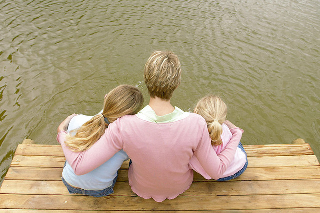 Tránh so sánh: Không điều gì khiến con trẻ thấy tồi tệ hơn là nghe những lời so sánh với anh chị chúng. Bằng cách bỏ đi thói quen ấy, bạn sẽ hạn chế tối đa sự tự ti của con và sự căm ghét của con với anh chị chúng.