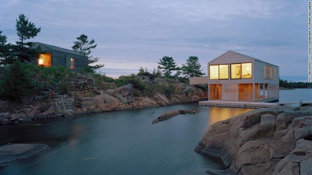 Floating House Lake Huron, Ontario: Nằm ở Great Lakes, ngôi nhà nổi này được xây dựng trên một chiếc thuyền phao bằng thép nên có thể lên xuống theo mực nước hồ.