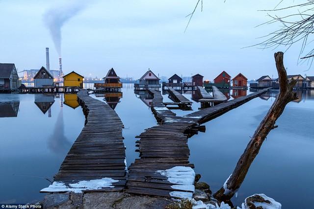 Những ngôi nhà cabin này thường được những người dân địa phương sử dụng vào mùa hè còn những người câu cá thì dùng quanh năm do vùng này mặc dù rất lạnh nhưng nước không bao giờ đóng băng.