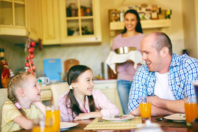 Xây dựng một gia đình tích cực: Người ta thường nói lòng khoan dung sinh ra từ gia đình và sự tự tin của con cũng vậy. Bạn có thể tạo một không gian khiến con thấy an toàn để thúc đẩy sự tự tin của con.