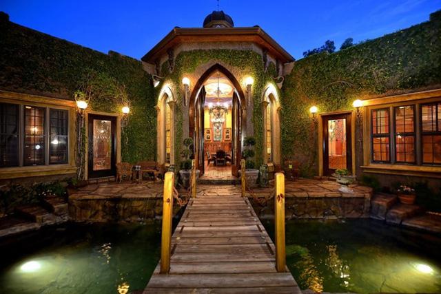 Sarasota, Florida: Ai nói rằng cầu kéo và hào nước bao quanh chỉ còn là điều trong quá khứ? Ngôi nhà này được xây theo kiến trúc thời trung cổ với nghệ thuật điêu khắc từ đá, những cánh cửa kính màu và những mái vòm được vẽ tay.