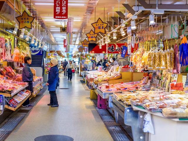Nhiều loại hải sản ngon có thể được tìm thấy ở chợ Hakodate mở cửa từ 5h sáng, phong phú với hơn 300 gian hàng.