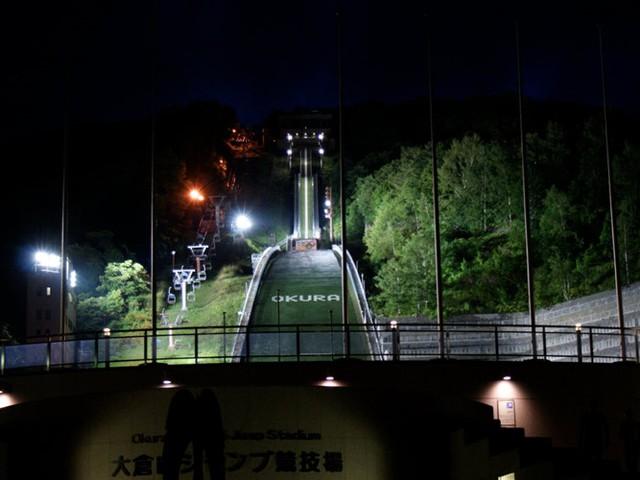 Trong thành phố Sapporo còn có sân vận động Okurayama Ski Jump nằm trên núi Okura.