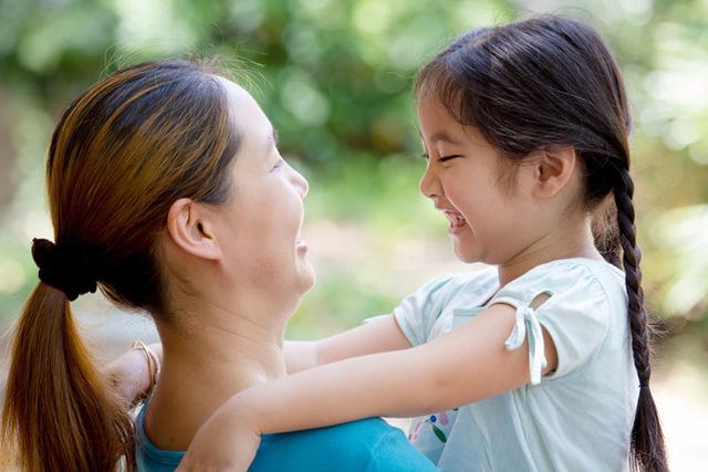 Yêu thương vô điều kiện: Con bạn sẽ cảm thấy dễ dàng vượt qua khó khăn hơn nếu luôn được cả gia đình ủng hộ. Hãy nói với con rằng bạn luôn bên con và sẽ luôn yêu thương ngay cả khi con mắc sai lầm.