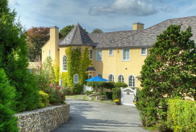 Newport, Rhode Island: Moorland Lodge là một điền trang thôn dã lấy cảm hứng từ vùng Địa Trung Hải được sơn màu vàng pastel, bao quanh là những khu vườn được cắt tỉa gọn gàng và cánh cổng vòm dẫn vào.