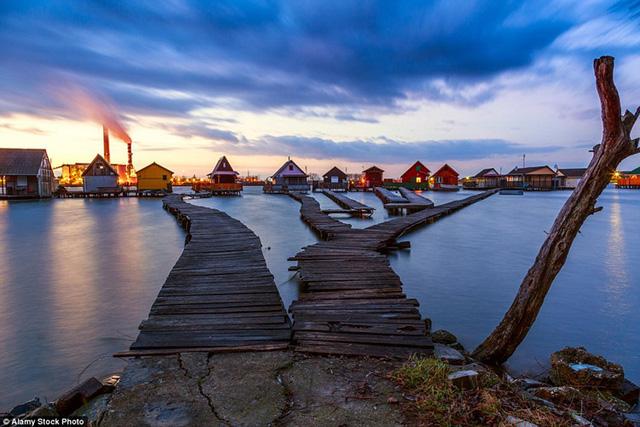 Những du khách có thể đi dạo quanh những ngôi nhà đầy màu sắc và nổi tiếp nhau như những mê cung nối với đất liền bằng những cây cầu lót ván.