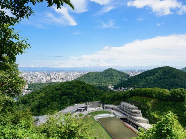 Đứng ở đài quan sát trên đỉnh núi Okura, du khách có thể chiêm ngưỡng toàn bộ khung cảnh thành phố ở phía dưới.