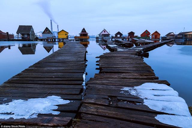 Một nhà máy điện gần đó đã sử dụng hồ Bodoki như là một nơi làm lạnh và bơm nước vào trong hồ nên nước ở đây hiếm khi đóng băng.