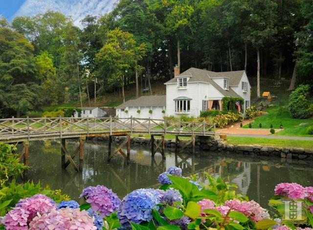 Greenwich, Connecticut: Ngôi nhà thú vị này là nơi Mark Twain và gia đình ông đã dành suốt 20 mùa hè ở đây với khung cảnh đẹp như tranh của những con đường rừng, cây cầu gỗ bắc ngang hay một ban công nhỏ nhô ra ngoài.
