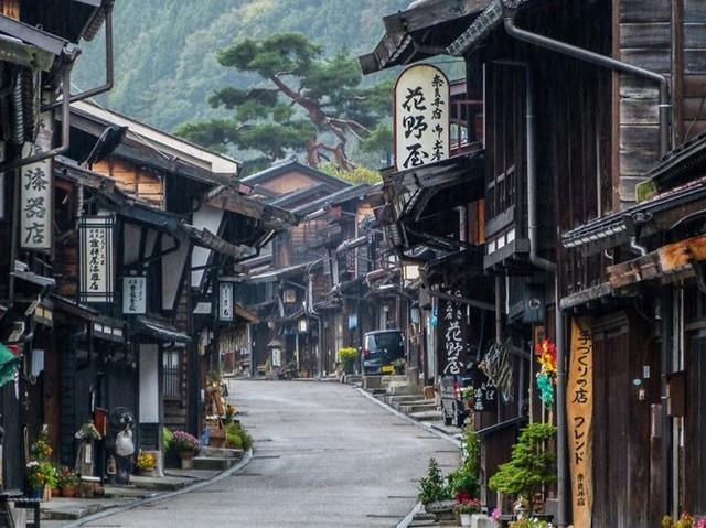"""Con đường Nakasendo là con đường đi bộ bắt đầu ở Kyoto và kết thúc ở Edo. Nakasendo nghĩa là """"con đường qua núi"""" và là một tuyến đường quan trọng của thế kỉ 17. Để đi hết con đường này,bạn phải mất 10 ngày, mỗi ngày đi bộ từ 3 - 4 tiếng. Nơi đây có những khung cảnh ấn tượng chứa đựng những nét lịch sử lâu đời của Nhật Bản."""