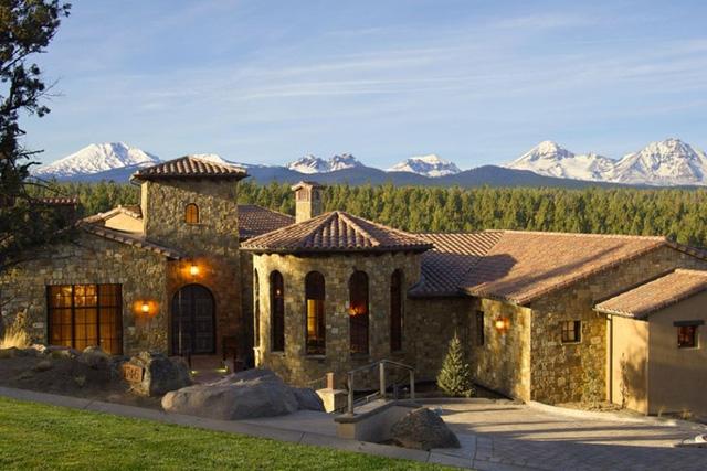 Bend, Oregon: Nằm ở trên đỉnh cao của công viên quốc gia Deschutes là một ngôi biệt thự lộng lẫy phía Tây Bắc Thái Bình Dương - nơi có thể chiêm ngường toàn cảnh vùng núi Cascade hùng vĩ.