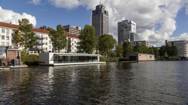 Watervilla Weesperzijde, Amsterdam: nằm trên dòng sông Amstel của Amsterdam. Ngôi biệt thự sang trọng này có mặt trước hoàn toàn bằng kính và một sân thượng chạy dọc chiều dài của căn nhà. Đây cũng là một ngôi nhà vô cùng hiện đại cho những ai sành công nghệ.