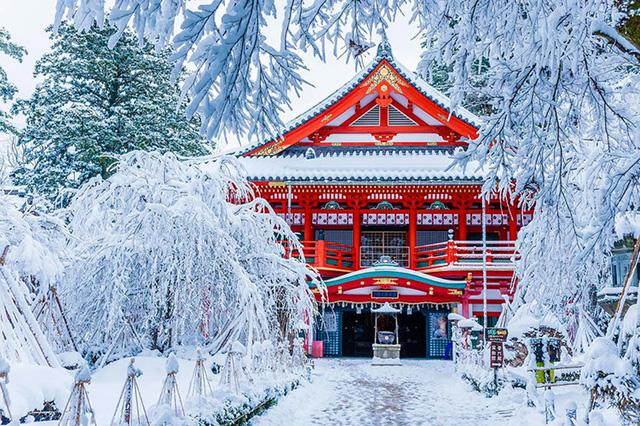 Đền Natadera đẹp ở mọi thời điểm nhất là vào mùa đông. Ngôi đền này có 1300 năm tuổi, được thành lập vào năm 717 bởi một sư thầy Phật giáo. Cả ngọn núi Hakusan gần đó và ngôi đền đều là điểm đến linh thiêng nổi tiếng tới tận ngày nay.