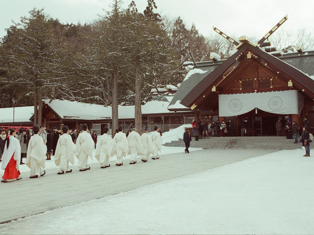 Nếu là người yêu thích những di tích lịch sử, du khách có thể ghé thăm Hokkaido Jingu - một ngôi đền ở Sapporo.