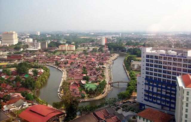 Malacca tọa lạc hai bên bờ sông Malacca, gần cửa sông, nơi dòng sông đổ ra eo biển Malacca, là thành phố lớn nhất và đồng thời là thủ phủ của tiểu bang Malacca, Malaysia. Ảnh: paradiseintheworld.