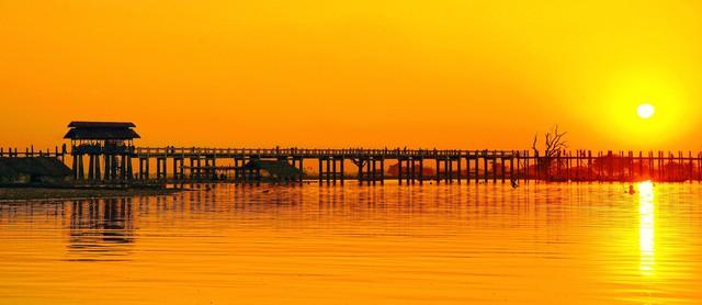 Cầu U Bein nằm tại ngoại ô cố đô Mandalay, Myanmar, nối liền hai bờ của sông Taungthamna. Ảnh: deviantart.