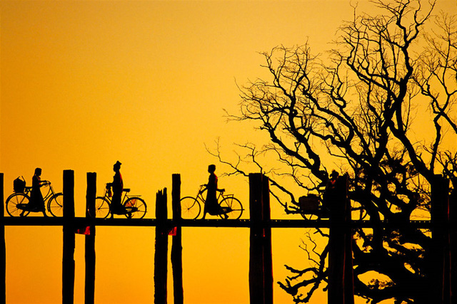 Cầu U Bein được chuyên trang du lịch CNNGo bình chọn là một trong những nơi ngắm hoàng hôn đẹp tuyệt vời trên thế giới. Ảnh: stdibs.
