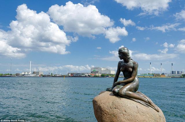 Bức tượng nàng tiên cá ở Copenhagen trông rất cô đơn trên các trang tạp chí du lịch.