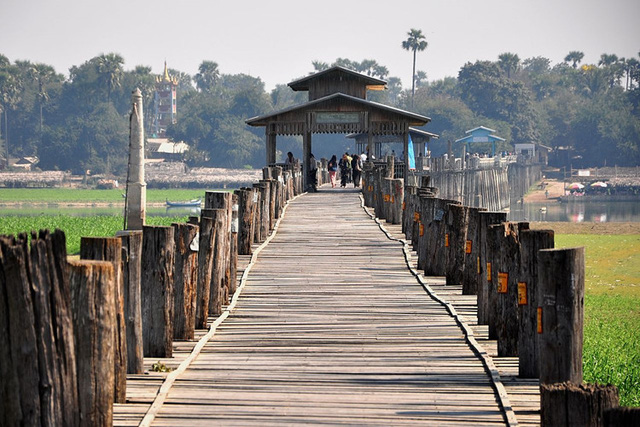 Cầu U Bein có chiều dài tới 1,2km và được làm bằng gỗ tếch, tận dụng những cây gỗ tếch từ một cung điện cổ xưa. Ảnh: wikiwand.