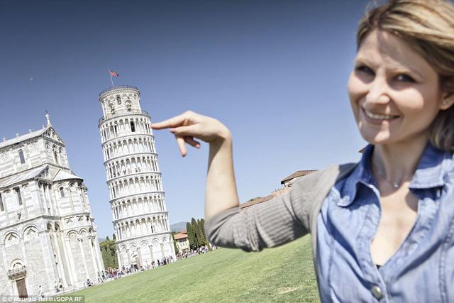 Tháp nghiêng Pisa, Italia dễ dàng được đỡ bởi một cô gái.