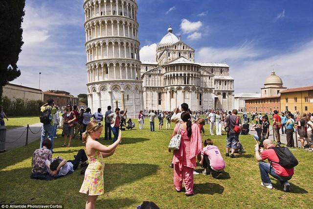 Trên thực tế, có cả một đám đông những người thích làm cột chống cho tòa tháp này.