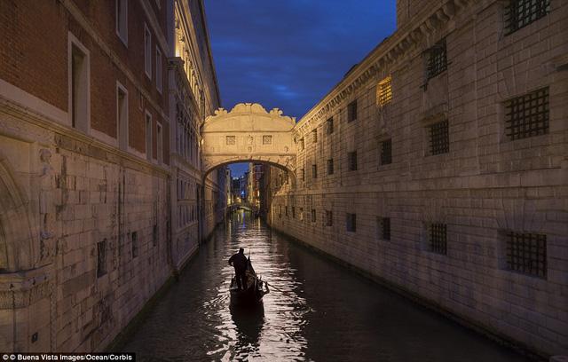 Được lướt thuyền trên mặt nước, ngắm thành phố Venice cổ kính là mong ước của những du khách đến đây.
