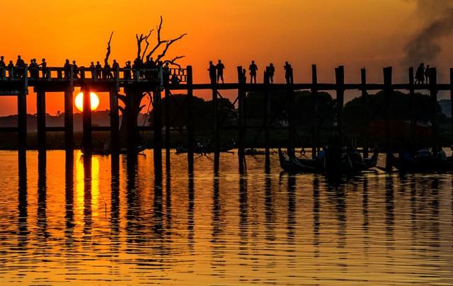 Cầu được xây dựng từ năm 1800 bởi thị trưởng U Bein. Ảnh: thousandwonders.
