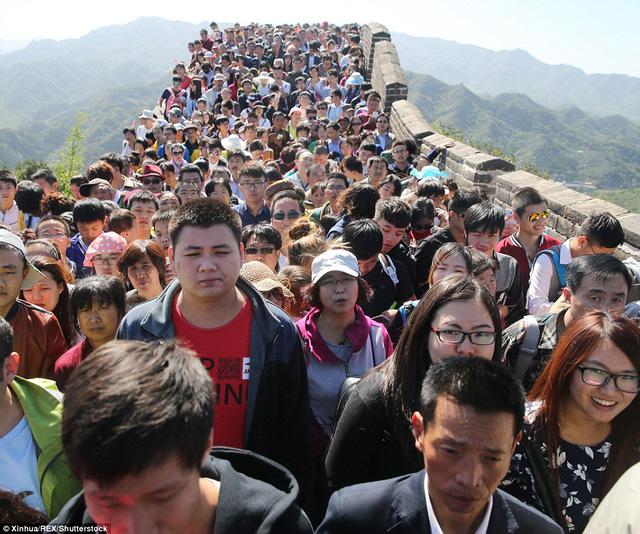 Nhưng thực tế, số lượng khách đổ đến bức tường lớn quá đông