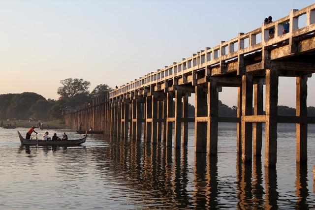 Đến nay, cây cầu có hơn 1.000 cột lớn và hàng nghìn phiến gỗ ghép. Ảnh: thousandwonders.