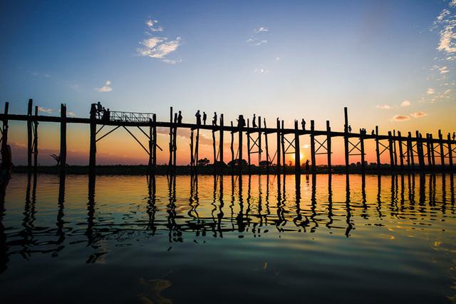 Cầu U Bein là cây cầu gỗ dài nhất thế giới... Ảnh: myanmartravelandtours.