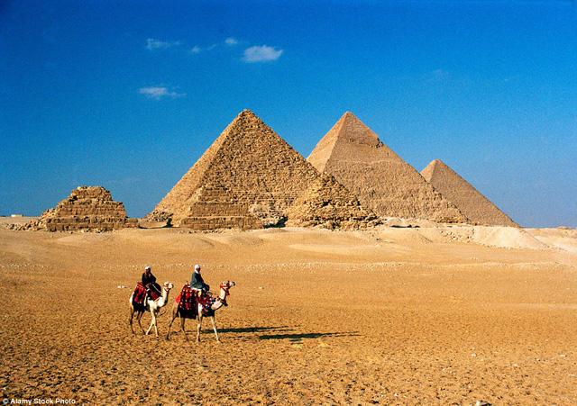 Kim tự tháp Giza ở Ai Cập luôn được xếp vào danh sách 7 kì quan thế giới.