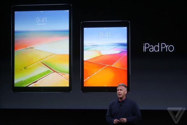 iPad Pro 12,9 inch (trái) và iPad Pro 9,7 inch (phải)