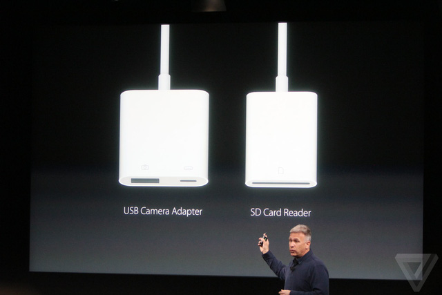 Applera mắt phụ kiện mới: đầu đọc thẻ nhớ SD và adapter camera USB sử dụng dây cáp Lightning.