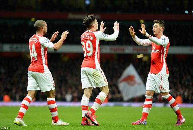 Ozil (phải) và Bellerin (giữa) là hai sao sáng của Arsenal góp mặt trong ĐHTB.